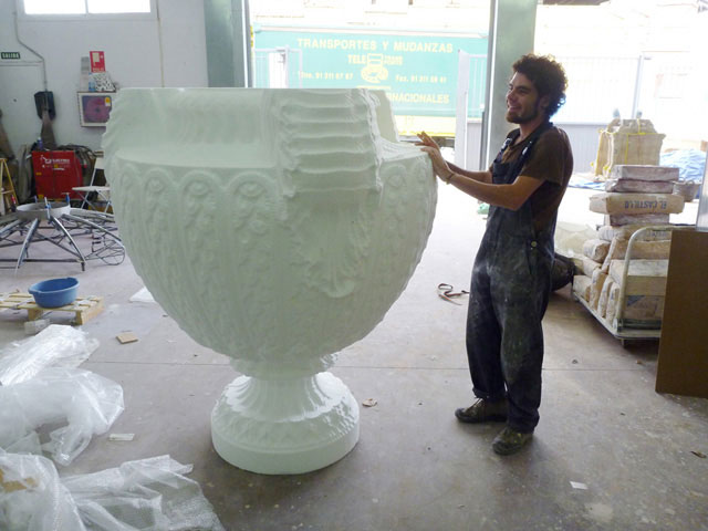 Fig. 8c. Vase with Three Griffin Heads (2010), gypsum, 220 x 150 cm.